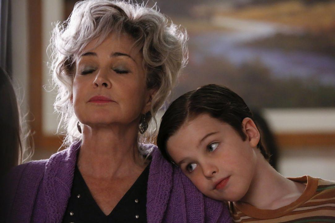 Bringt Meemaw (Annie Potts, l.) den kleinen Sheldon (Iain Armitage, r.) wirklich dazu, seine Mutter anzulügen? - Bildquelle: Warner Bros.