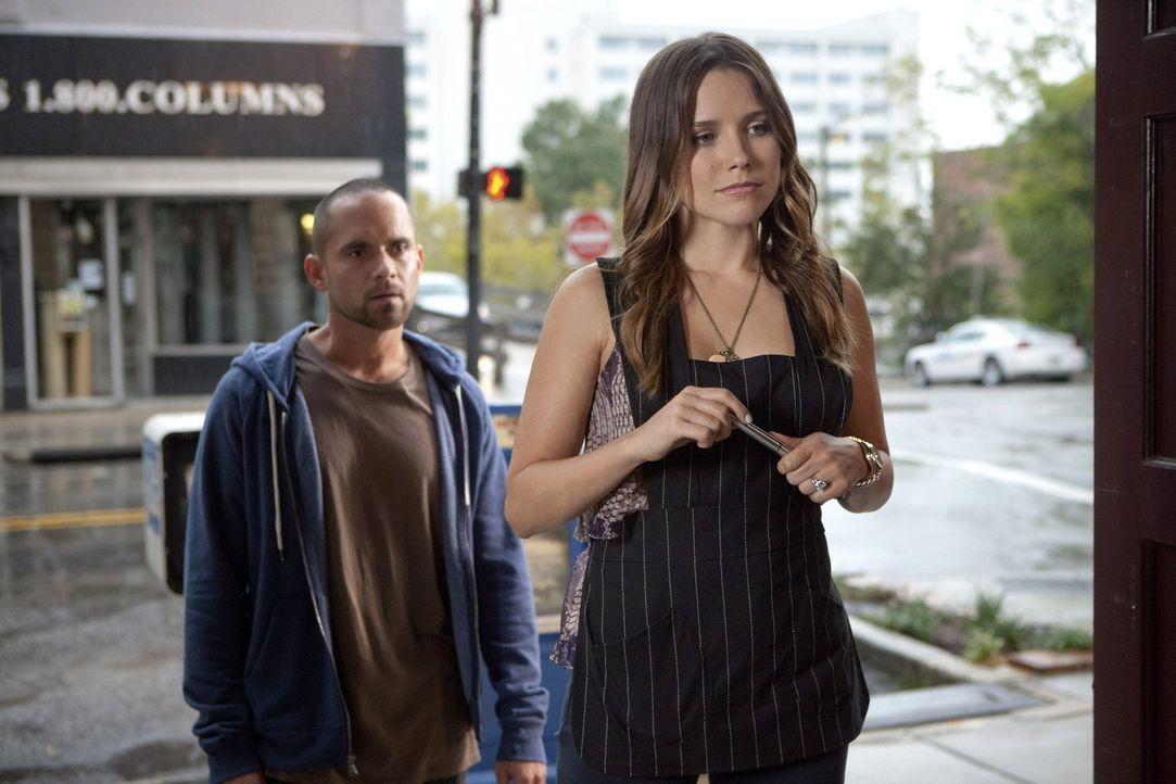 Brooke (Sophia Bush, r.) sucht Aushilfen für Karen's Café: Als sie den ersten Bewerber (Devin McGee, l.) sieht, läuft ihr ein eiskalter Schauer über... - Bildquelle: Warner Bros. Pictures