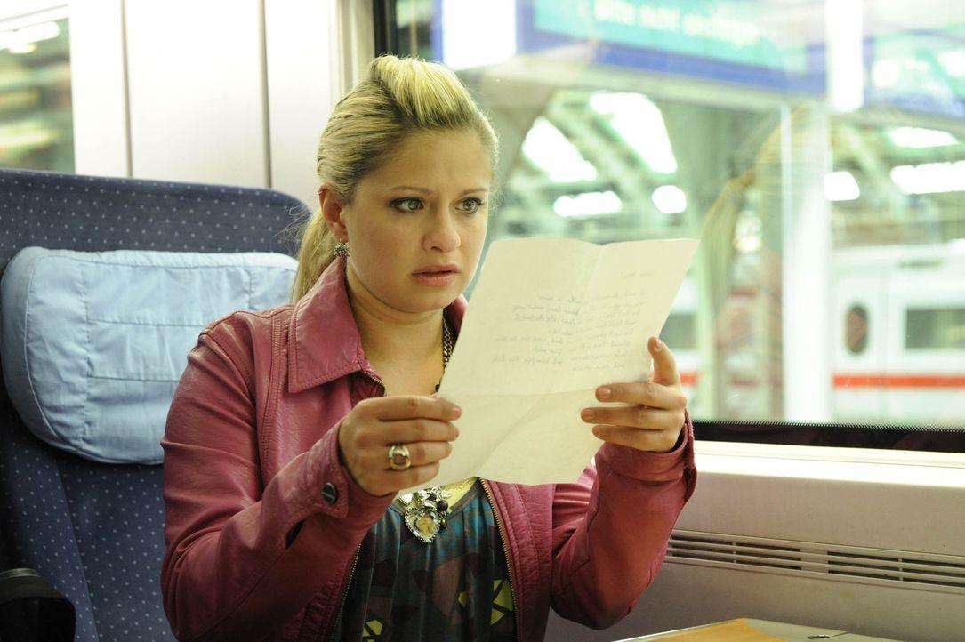 Als Mia (Josephine Schmidt) mit dem Zug in ein neues Leben fahren will, findet sie einen mysteriösen Brief in ihrer Tasche ... - Bildquelle: SAT.1