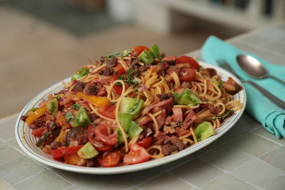 Wer erinnert sich nicht gerne an die Kindheit zurück, aber auch als Erwachsener kann man über die sommerlichen Spaghetti Bolognese herfallen ... - Bildquelle: Richard Hill BBC 2013