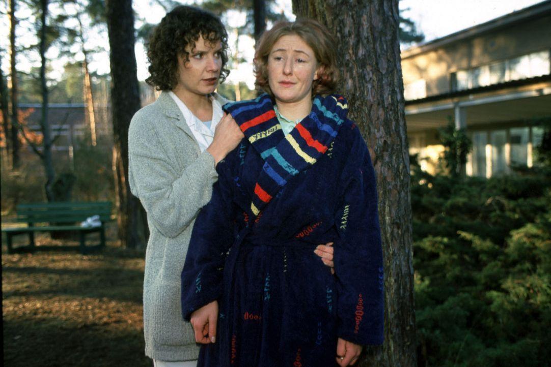Rose Ziegler (Manuela Dombeck, r.) erzählt Stefanny (Julia Hentschel, l.), was sie über den Patienten Frischmuth weiß ... - Bildquelle: Noreen Flynn Sat.1