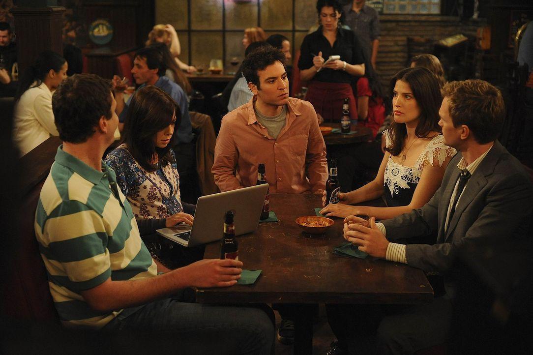 Während Lily (Alyson Hannigan, 2.v.l.) verzweifelt versucht, Robin (Cobie Smulders, 2.v.r.) ein Geheimnis aus ihrer Vergangenheit zu entlocken, mus... - Bildquelle: 20th Century Fox International Television