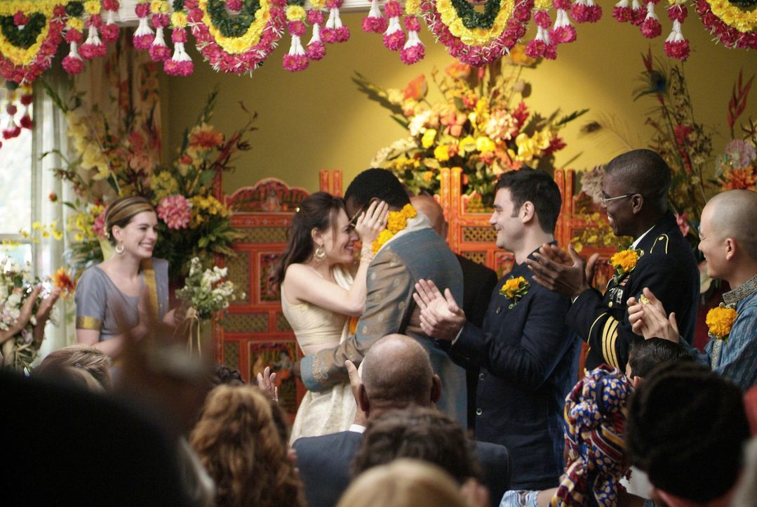 Sidney (Tunde Adebimpe, 3.v.l.) und Rachel (Rosemarie DeWitt, 2.v.l.) sind endlich verheiratet - auch zur Freude von Kym (Anne Hathaway, l.). - Bildquelle: 2008 Sony Pictures Classics Inc. All Rights Reserved.