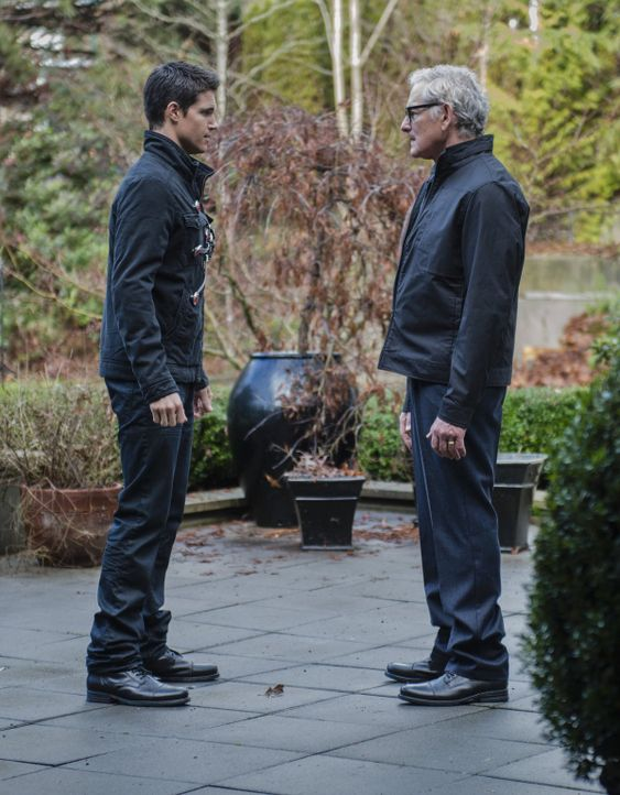 Kann Dr. Stein (Victor Garber, r.) Barry (Grant Gustin, l.) wichtige Erkenntnisse über das Zeitreisen geben? - Bildquelle: Warner Brothers.