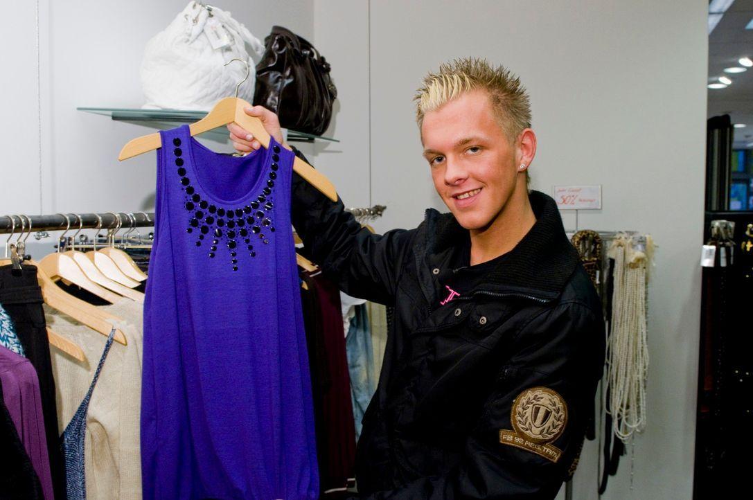 Neben den anderen Kandidaten streift auch Norman durch die Geschäfte, um für Dorotheas Discobesuch die richtige Kleidung zu finden. - Bildquelle: Martin Menke Sat.1