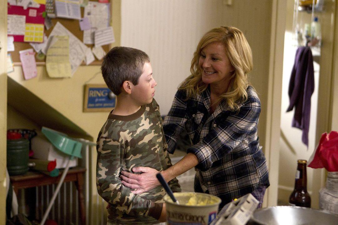 Alles so wie früher? Die Rückkehr Monicas (Chloe Webb, r.) sorgt im Hause Gallagher für Konfusion. Nicht nur Carl (Ethan Cutkosky, l.) weiß nicht, w... - Bildquelle: 2010 Warner Brothers