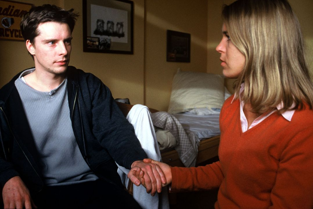 Kathrin (Anneke Kim Sarnau, r.) lernt in einem Hospiz Andy (Florian Panzer, l.) kennen. Als sie seine Unterlagen studiert, stellt sie fest, dass er... - Bildquelle: Volker Roloff Sat.1