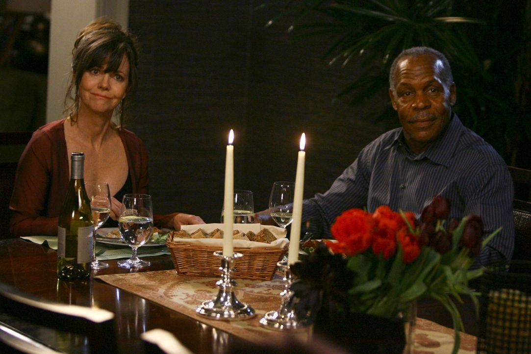 Eigentlich hatten sich Nora (Sally Field, l.) und Isaac (Danny Glover, r.) auf einen schönen Abend zu zweit gefreut, doch die Rechnung haben sie ohn... - Bildquelle: Disney - ABC International Television