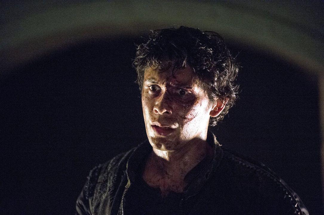 Noch immer ahnt Bellamy (Bob Morley) nicht, welchen Gefahren sich seine Schwester aussetzen muss ... - Bildquelle: 2014 Warner Brothers