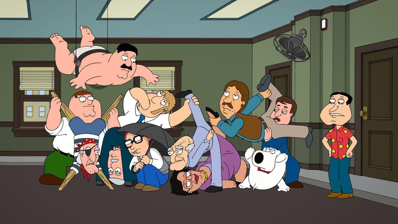 Brian (3.v.r.), Peter (2.v.l.), Quagmire (r.) und ein paar andere bekannte Bewohner Quahogs müssen als Geschworene ran, um den Mord am Berater von B... - Bildquelle: 2013 Twentieth Century Fox Film Corporation. All rights reserved.