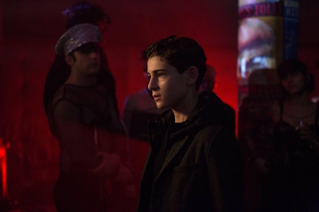 Möchte sich am Mörder seiner Eltern rächen: Bruce Wayne (David Mazouz) ... - Bildquelle: Warner Brothers