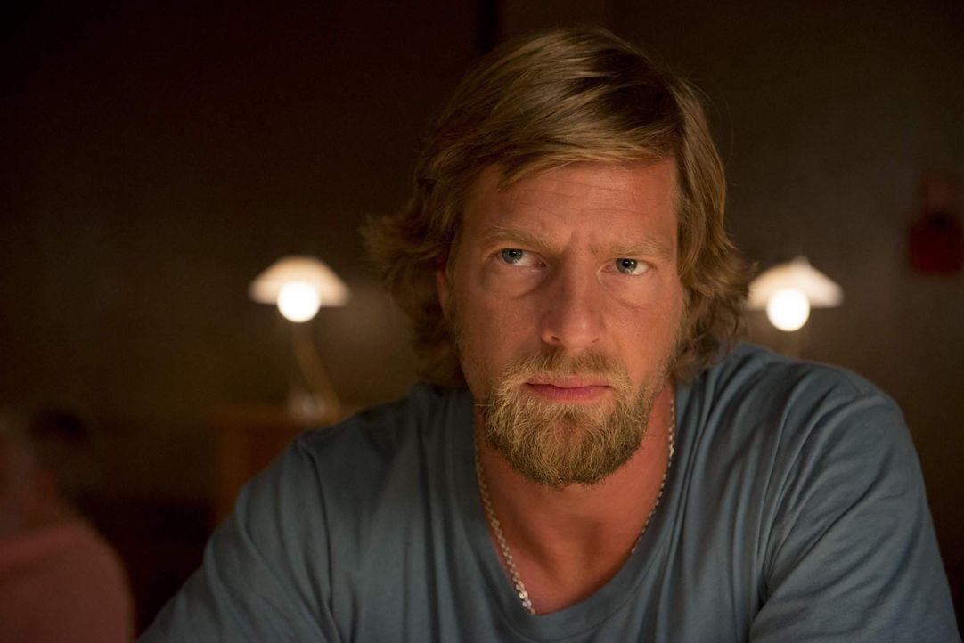 Um den Täter zu stellen, der ihn vor 20 Jahren ins Koma befördert hatte, kehrt Mick Brisgau (Henning Baum) in den Polizeidienst zurück - zu einem... - Bildquelle: Martin Rottenkolber SAT. 1