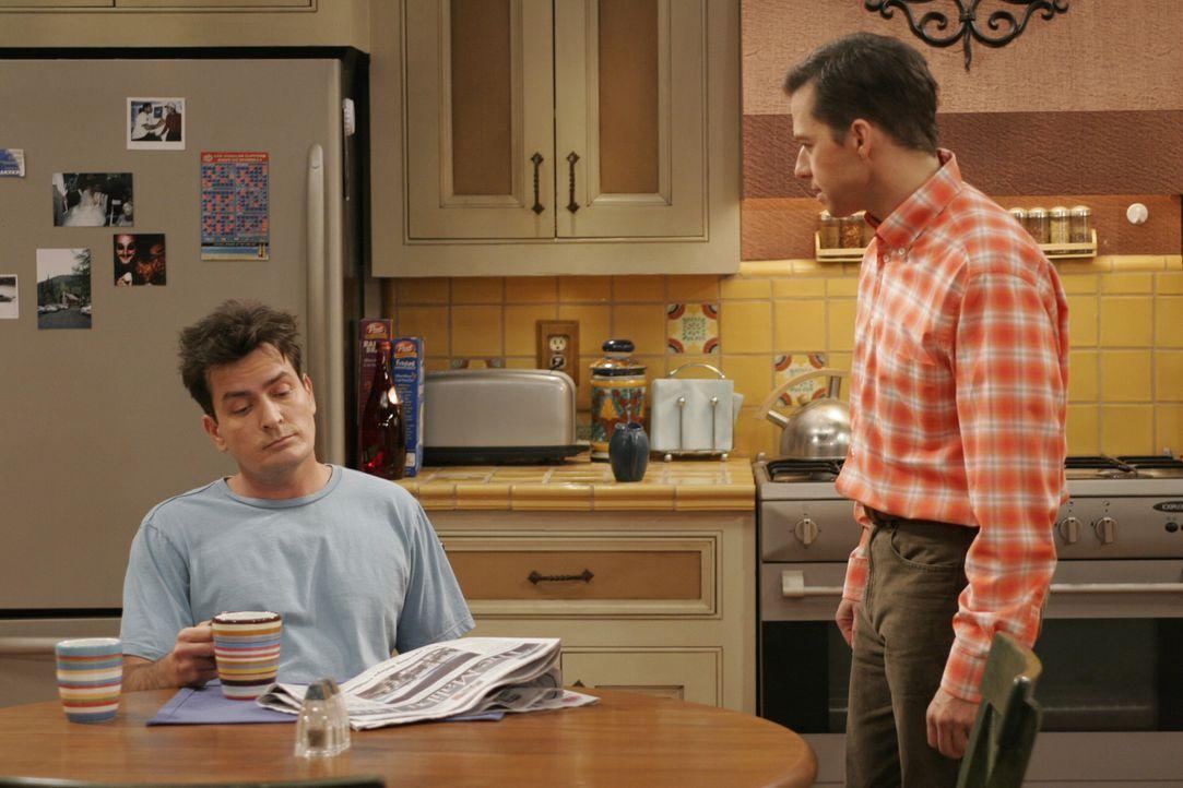 Berta, die es auf Alans Zimmer abgesehen hat, spielt die beiden Brüder (Charlie Sheen, l. und Jon Cryer, r.) gegeneinander aus, so dass der Streit z... - Bildquelle: Warner Brothers Entertainment Inc.