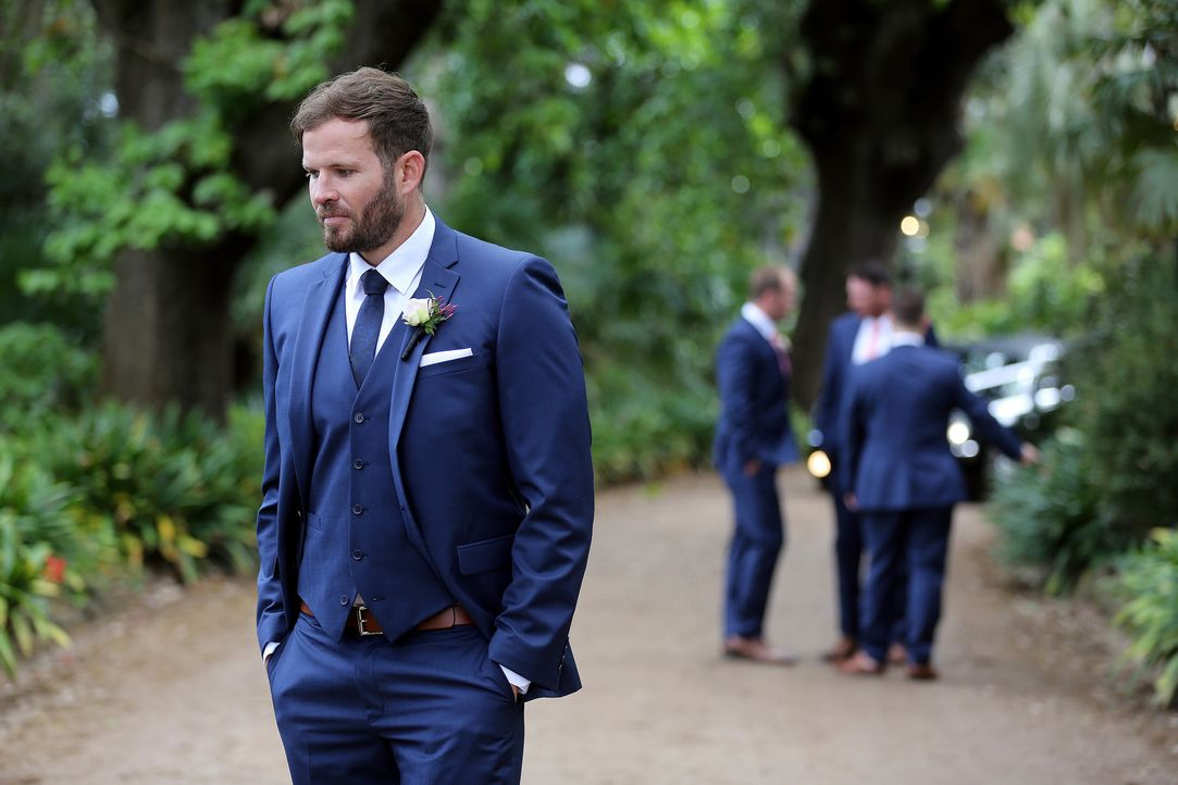 Nachdem das Brautfahrzeug aufgrund einer Panne auf der Strecke bleibt, wartet Andrew (l.) angespannt auf seine unbekannte Braut ... - Bildquelle: Nigel Wright ENDEMOLSHINE AUSTRALIA AND CHANNEL NINE
