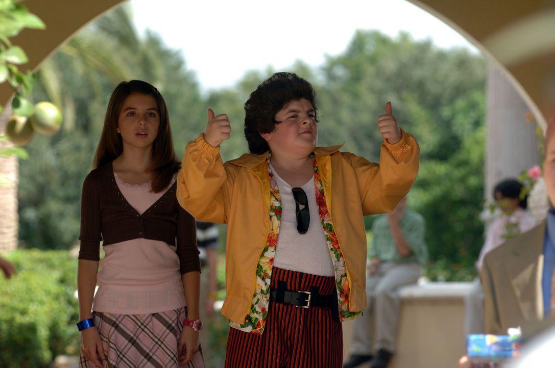 Laura (Emma Lockhart, l.) und Ace Ventura Jr. (Josh Flitter, r.) machen sich auf, einen Babypandabären zu retten ...
