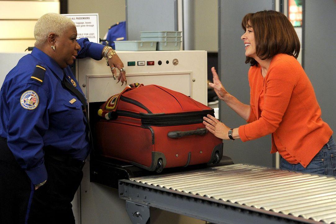 Frankie (Patricia Heaton, r.) stapft von einem Fettnäpfchen ins nächste: Erst überpackt sie ihren Koffer heillos und dann beleidigt sie auch noch ei... - Bildquelle: Warner Brothers