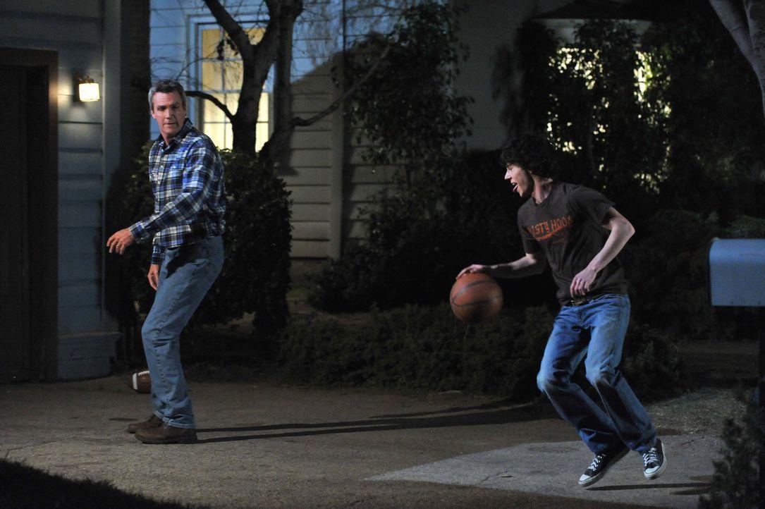 Für Axl (Charlie McDermott, r.) steht das letzte Footballmatch der Saison an, doch, wenn es nach Mike (Neil Flynn, l.) geht, dann wird sein Sohn nic... - Bildquelle: Warner Brothers
