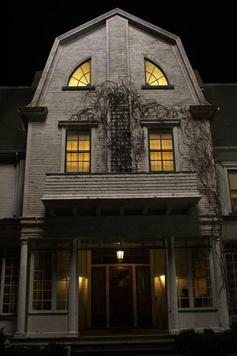 Im Jahr 1974 ermordet Ronald Defeo Jr., seine ganze Familie. Im Jahr darauf zogen George und Kathy Lutz mit ihren Kindern in das Haus der Defeos, vo... - Bildquelle: Metro-Goldwyn-Mayer Studios Inc. All Rights Reserved.