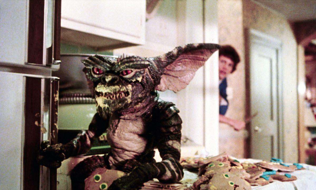 Der arme Billy (Zach Gallagan, hinten) hält sich nicht an die Regeln: Er macht Gizmo nass und füttert die kleinen Gremlins nach Mitternacht, so dass... - Bildquelle: Warner Bros.