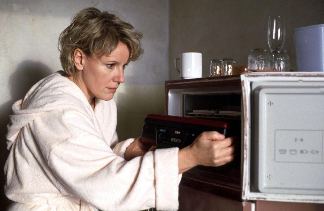 Helen (Mariele Millowitsch) findet im Gefrierschrank ihres verstorbenen Mannes einen Koffer mit Geld - viel Geld! - Bildquelle: Sat.1