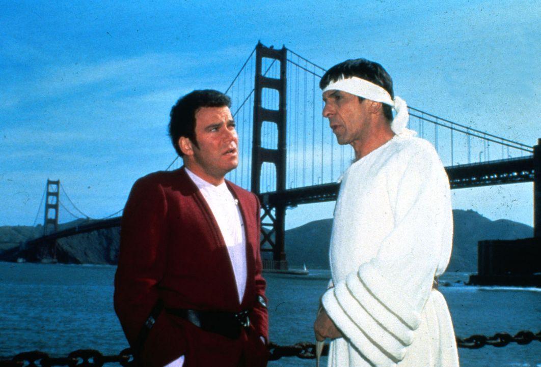 Admiral Kirk (William Shatner, l.) und Mr. Spock (Leonard Nimoy, r.) haben sich ins  20. Jahrhundert nach San Francisco zurückversetzen lassen, um... - Bildquelle: Paramount Pictures