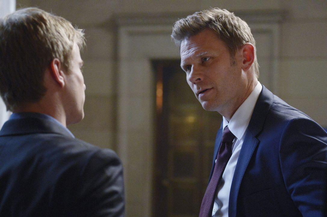 Clayton (Mark Pellegrino, r.) nimmt seinen Sohn Caleb (Graham Rogers, l.) zur Seite und bittet ihn darum, die E-Mails zwischen ihm und Shelby zu lös... - Bildquelle: Philippe Bosse 2015 ABC Studios