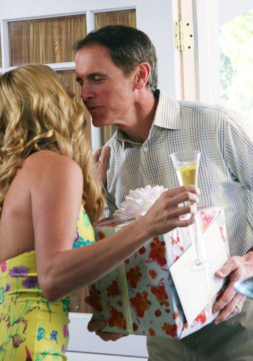 Noch weiß Paul (Mark Moses, r.) nicht, was auf der Verlobungsfeier von Edie (Nicolette Sheridan, l.) und Karl auf ihn zu kommt ... - Bildquelle: 2005 Touchstone Television  All Rights Reserved