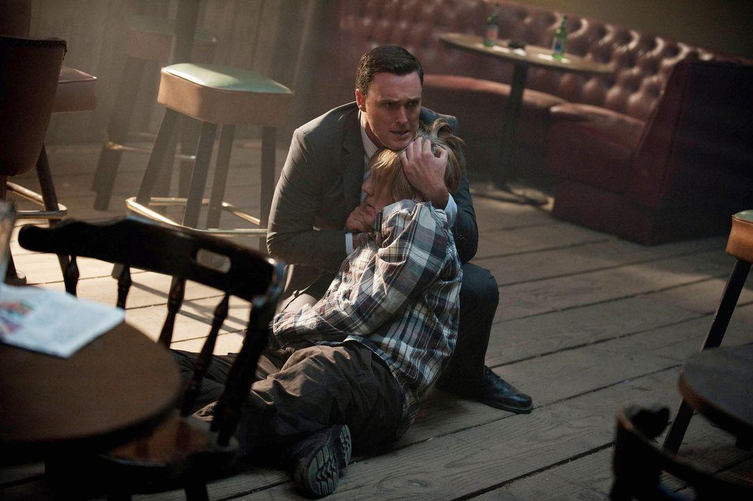 Als Rigsbys (Owain Yeoman, l.) Vater Steve (William Forsythe, r.) verletzt am Schauplatz eines Verbrechens gefunden wird, muss das Team herausfinden... - Bildquelle: Warner Bros. Television