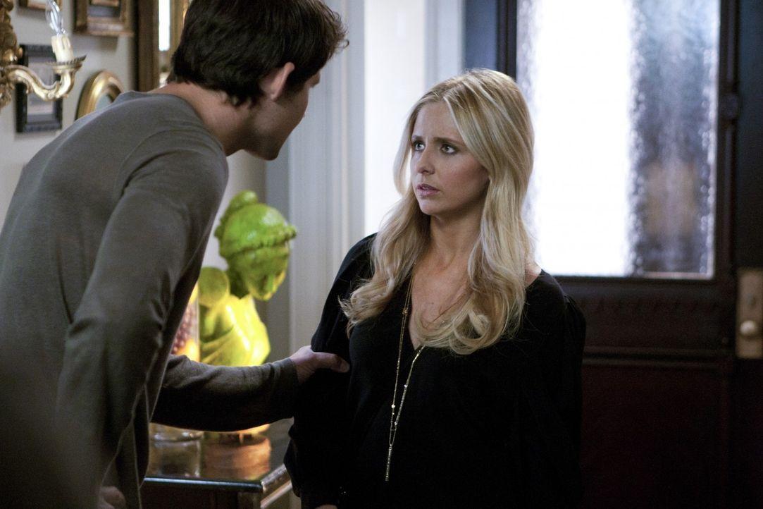 Henry Butler (Kristoffer Polaha, l.) und Bridget Kelly (Sarah Michelle Gellar, r.) verdächtigen sich gegenseitig, Gemma umgebracht zu haben ... - Bildquelle: 2011 THE CW NETWORK, LLC. ALL RIGHTS RESERVED
