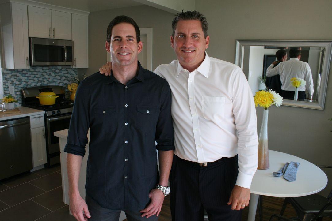 50:50 bei Kosten und Gewinn: Der befreundete Investor Pete (r.) vermittelt Tarek (l.) und Christina eine Schnäppchenimmoblie. Der Kaufpreis beträgt... - Bildquelle: 2015,HGTV/Scripps Networks, LLC. All Rights Reserved