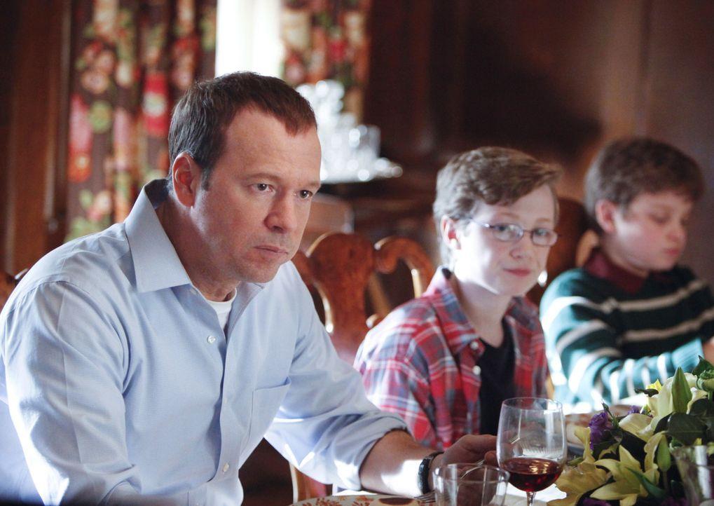 Die Situation für den verhafteten Familienvater ist hoffnungslos. Danny (Donnie Wahlberg) muss ihn verhaften, auch wenn er auf seiner Seite steht ... - Bildquelle: Craig Blankenhorn 2011 CBS Broadcasting Inc. All Rights Reserved