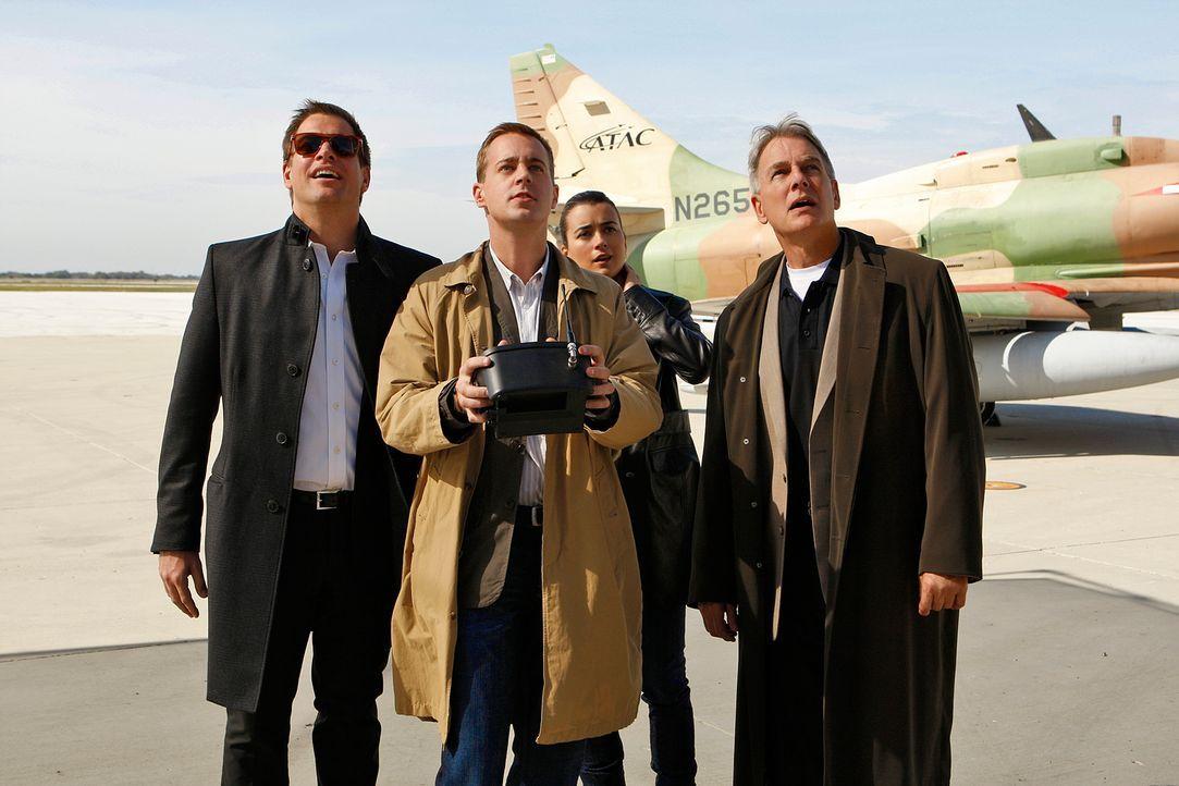 Während der Untersuchung eines bizzaren Mordes an einem Navy Piloten geraten Tony (Michael Weatherly, l.), McGee (Sean Murray, 2.v.l.) und Ziva (Cot... - Bildquelle: CBS Television