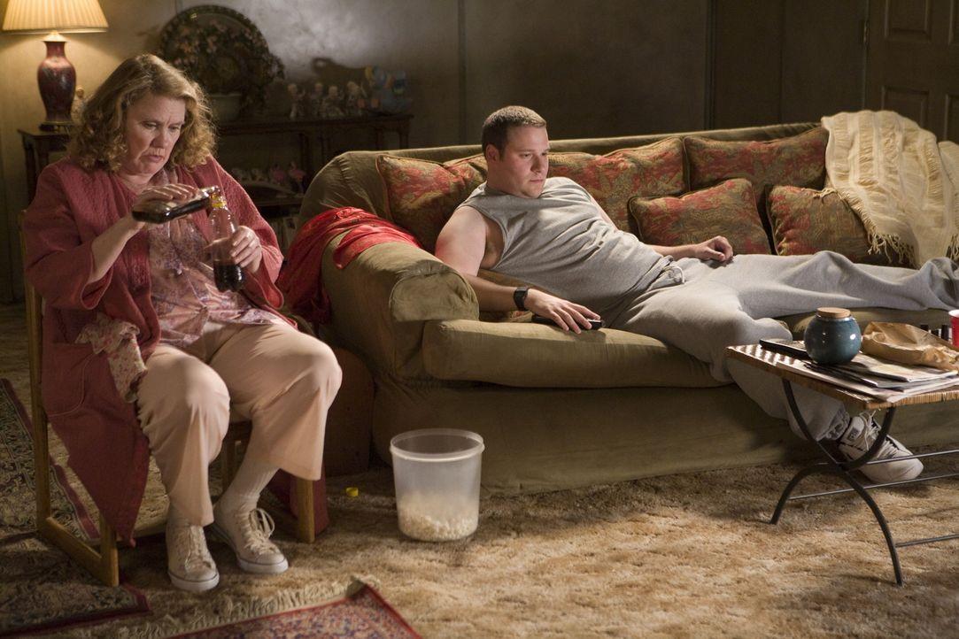 Hatte noch nie eine Freundin und lebt mit seiner Alkoholiker-Mutter (Celia Weston, l.) zusammen: Kaufhaus-Wachmann Ronnie (Seth Rogen, r.), der übe... - Bildquelle: Warner Brothers