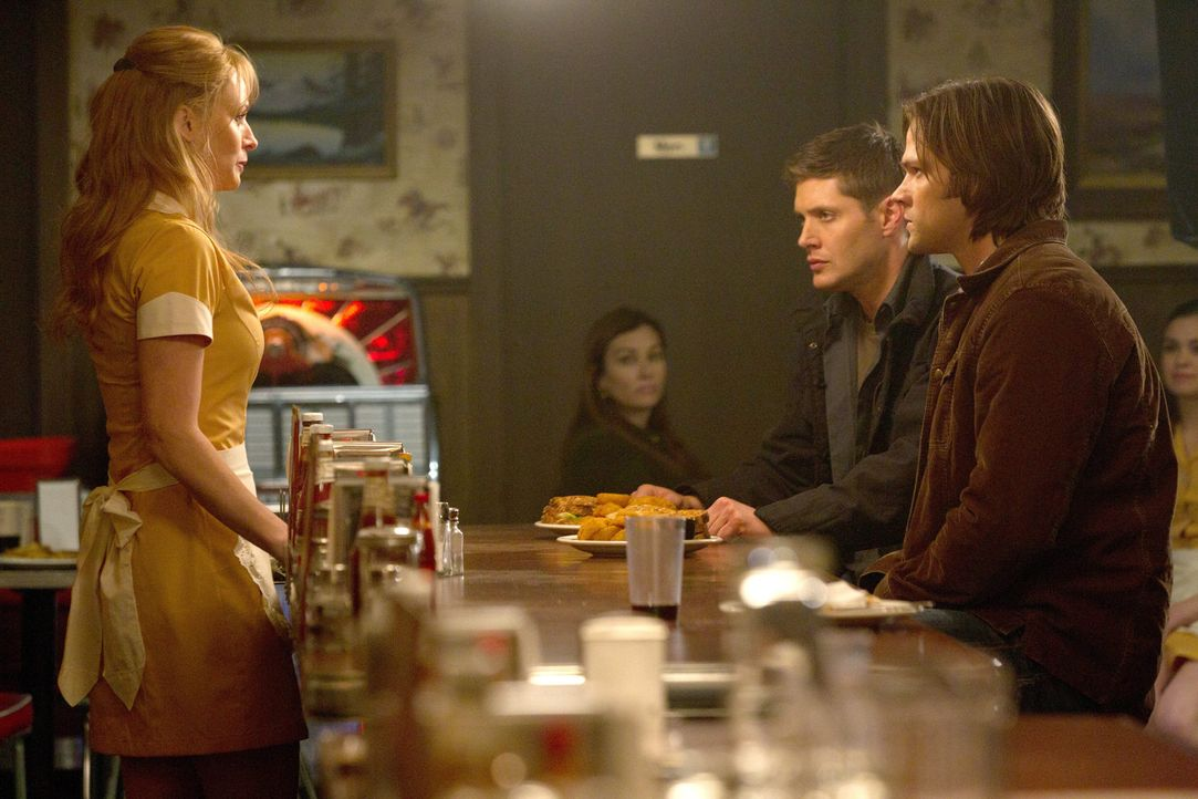 Wie kann Eve (Samantha Smith, l.) es Dean (Jensen Ackles, 2.v.r.) und Sam (Jared Padalecki, r.) deutlicher zeigen, was Mutterliebe ist, als einfach... - Bildquelle: Warner Bros. Television