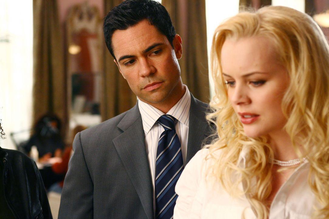 Bei seinen Recherchen stößt Scott (Danny Pino, l.) auf Linda (Brenda Wehle, r.) ... - Bildquelle: Warner Bros. Television
