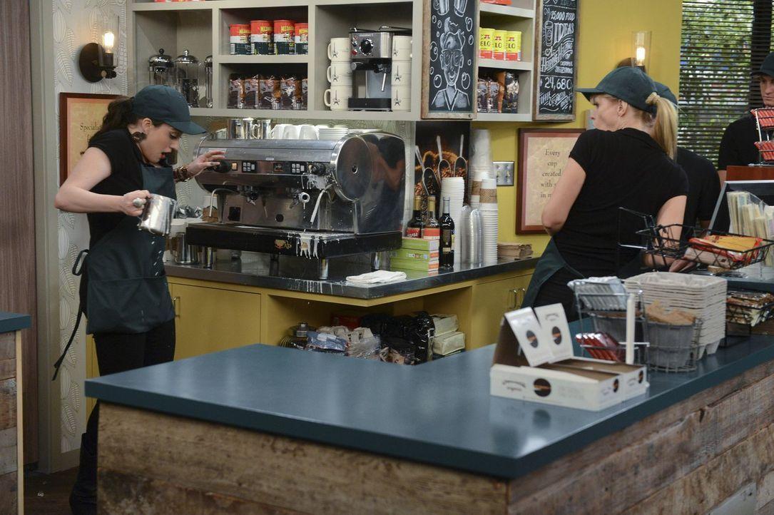 Eine neue Kaffeemaschine soll größeren Umsatz bringen. Doch die Bedienung scheint nicht ganz so einfach zu sein. Caroline (Beth Behrs, r.) und Max (... - Bildquelle: Warner Brothers