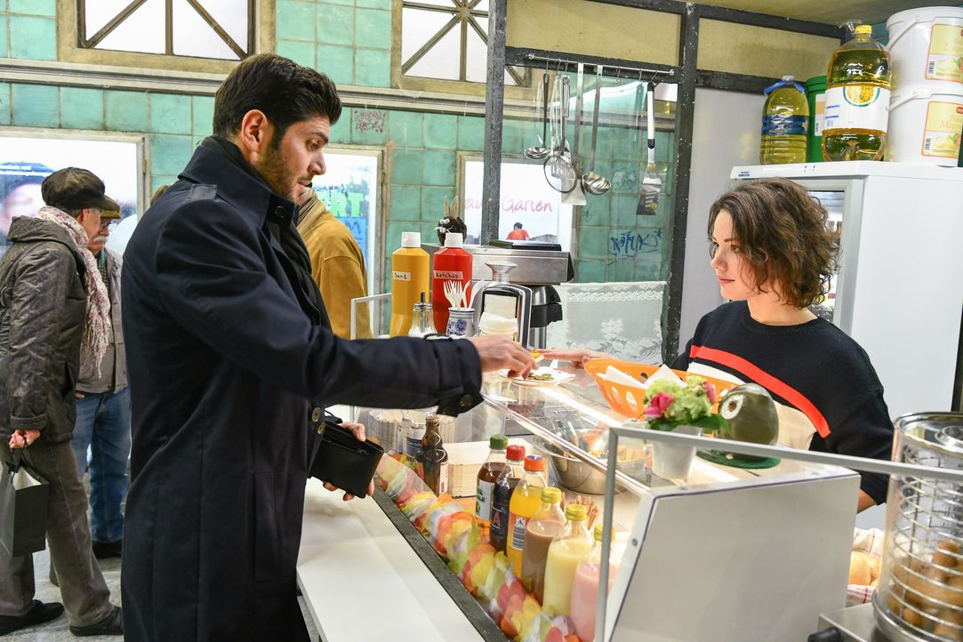 (v.l.n.r.) Tarek (Varol Sahin); Jenni (Anna Mennicken) - Bildquelle: Oliver Ziebe SAT.1/Oliver Ziebe
