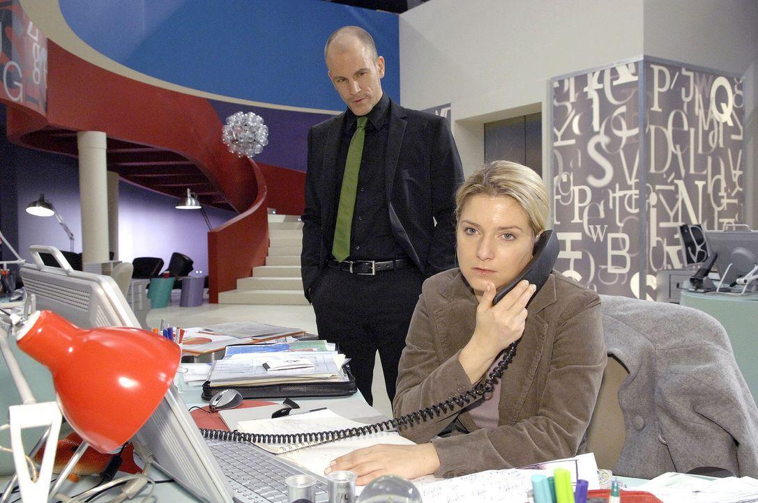 Gerrit (Lars Löllmann, l.) beobachtet Anna (Jeanette Biedermann, r.) und setzt sie unter Druck. - Bildquelle: Claudius Pflug Sat.1