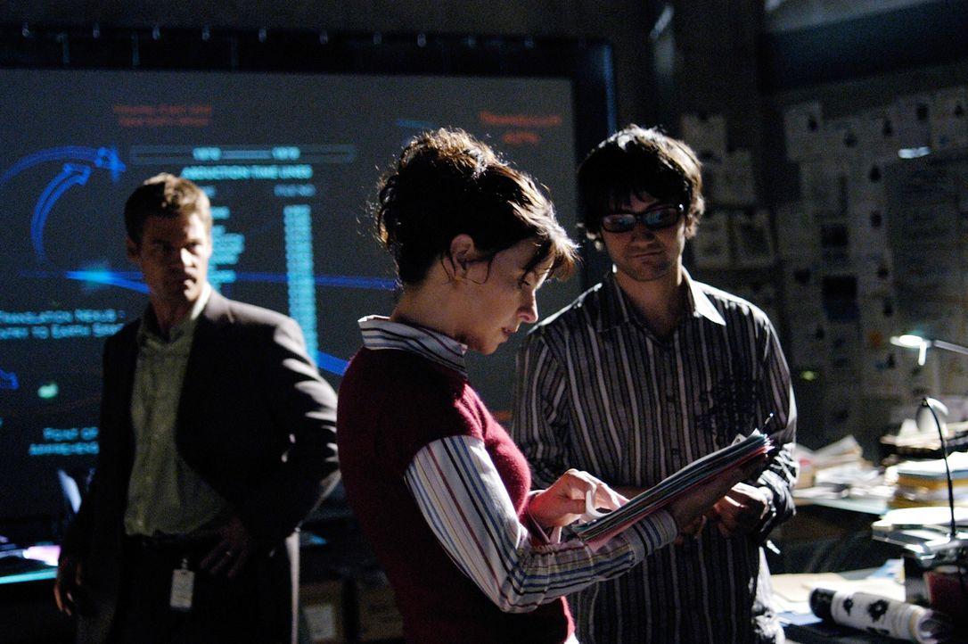 Werden Tom (Joel Gretsch, l.), Diana (Jacqueline McKenzie, M.) und Marco (Richard Kahan, r.) das Rätsel der Rückkehrer lösen können? - Bildquelle: Viacom Productions Inc.