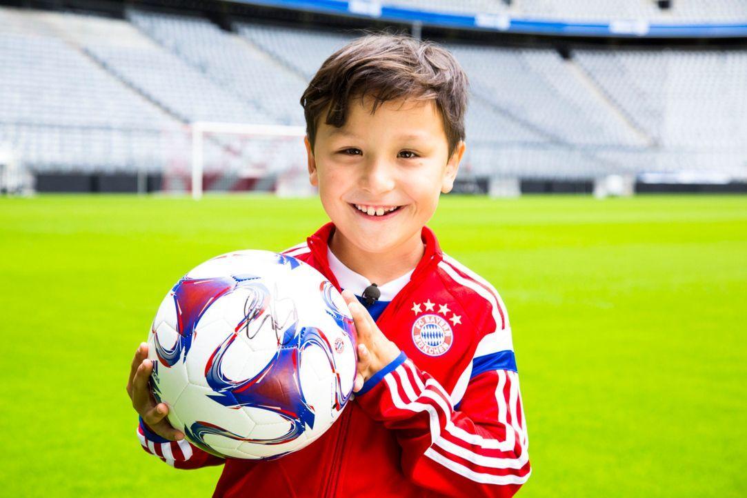 In dem Moment, wo Max den Fußball mit dem Autogramm seines Idols in der Hand hält, gibt es kein glücklicheres Kind auf der Welt ... - Bildquelle: Benedikt Müller SAT.1
