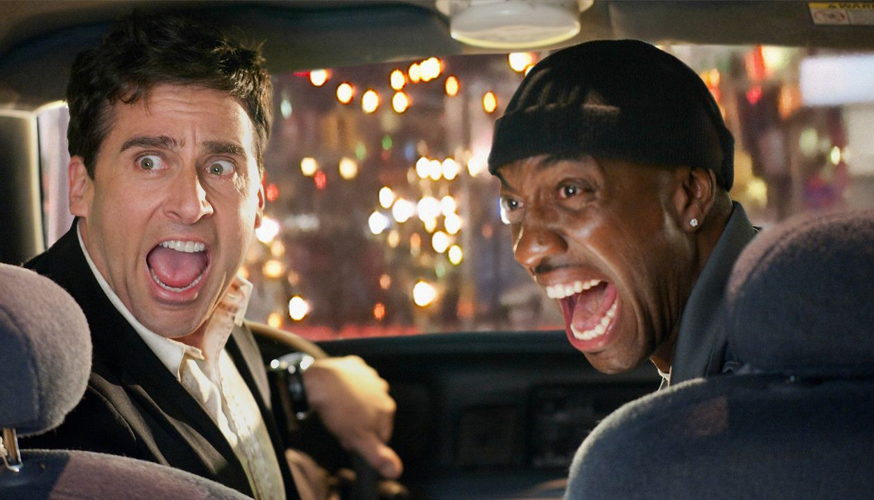 Während Claire und Phil Foster (Steve Carell, l.) versuchen, ihre Verfolger abzuschütteln, geraten sie an einen Taxifahrer (J.B. Smoove, r.), der... - Bildquelle: TM and   2010 Twentieth Century Fox Film Corporation.  All rights reserved.  Not for sale or duplication.