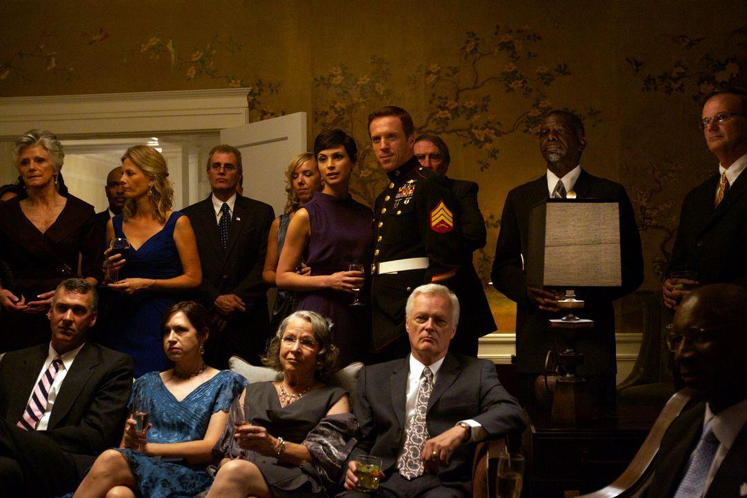 Zu Jessica (Morena Baccarin, hinten 6. v. l.) und Brody (Damian Lewis, hinten 4. v. r.) sind alle besonders nett, sogar beunruhigend nett ... - Bildquelle: 20th Century Fox International Television