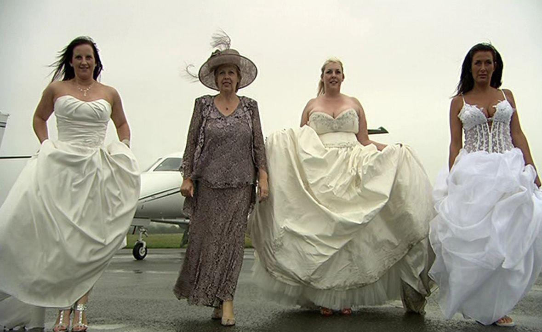 Donna (l.), Janne (2.v.l.), Sam (2.v.r.) und Aimi (r.) wollen beweisen, dass ihre Traumhochzeit das Fest der anderen ganz klar in den Schatten stellt. - Bildquelle: ITV Studios Limited 2012