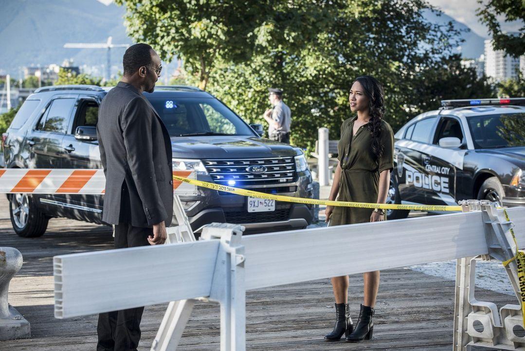 Die Vater-Tochter-Beziehung von Joe (Jesse L. Martin, l.) und Iris (Candice Patton, r.) ist schlechter, als sie jemals war. Für Barry eine grauenvol... - Bildquelle: 2016 Warner Bros.