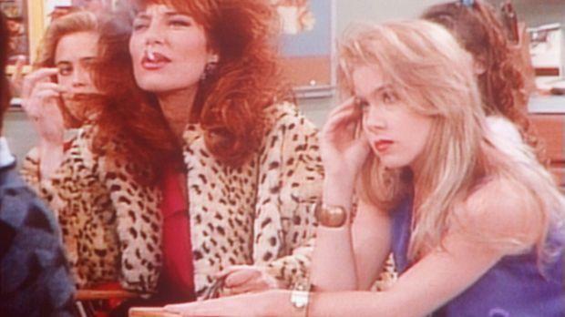 Zu ihrem Ärger muss Kelly (Christina Applegate, r.) zusammen mit ihrer Mutter...