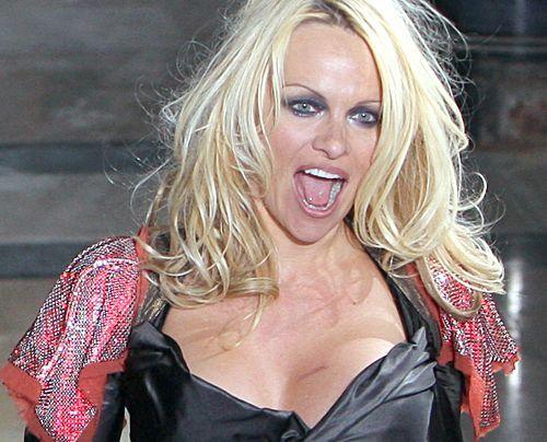 Pamela Anderson bei der Präsentation der neuen Kollektion von Vivienne Westwood im März 2009 in Paris. - Bildquelle: AFP