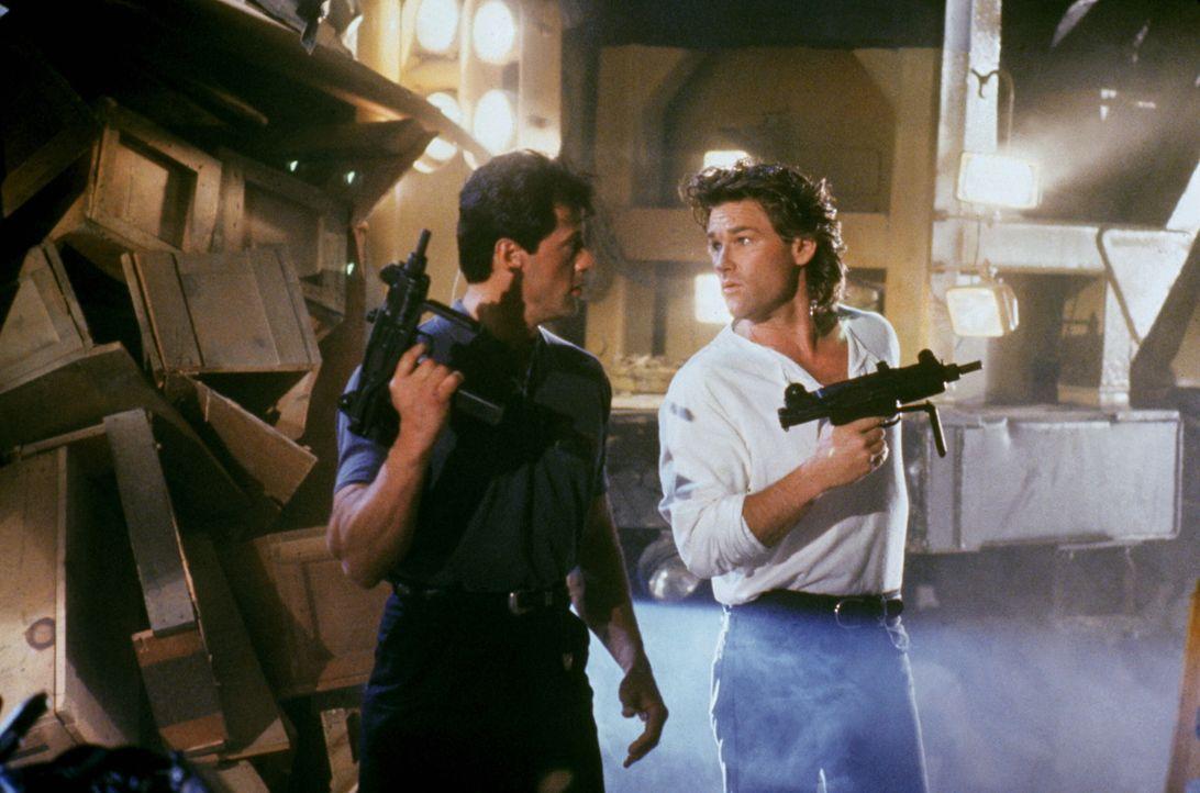 Seit einiger Zeit ermitteln die draufgängerischen Cops Tango (Sylvester Stallone, l.) und Cash (Kurt Russell, r.) gegen den Verbrecherboss Yves Perr... - Bildquelle: Warner Brothers