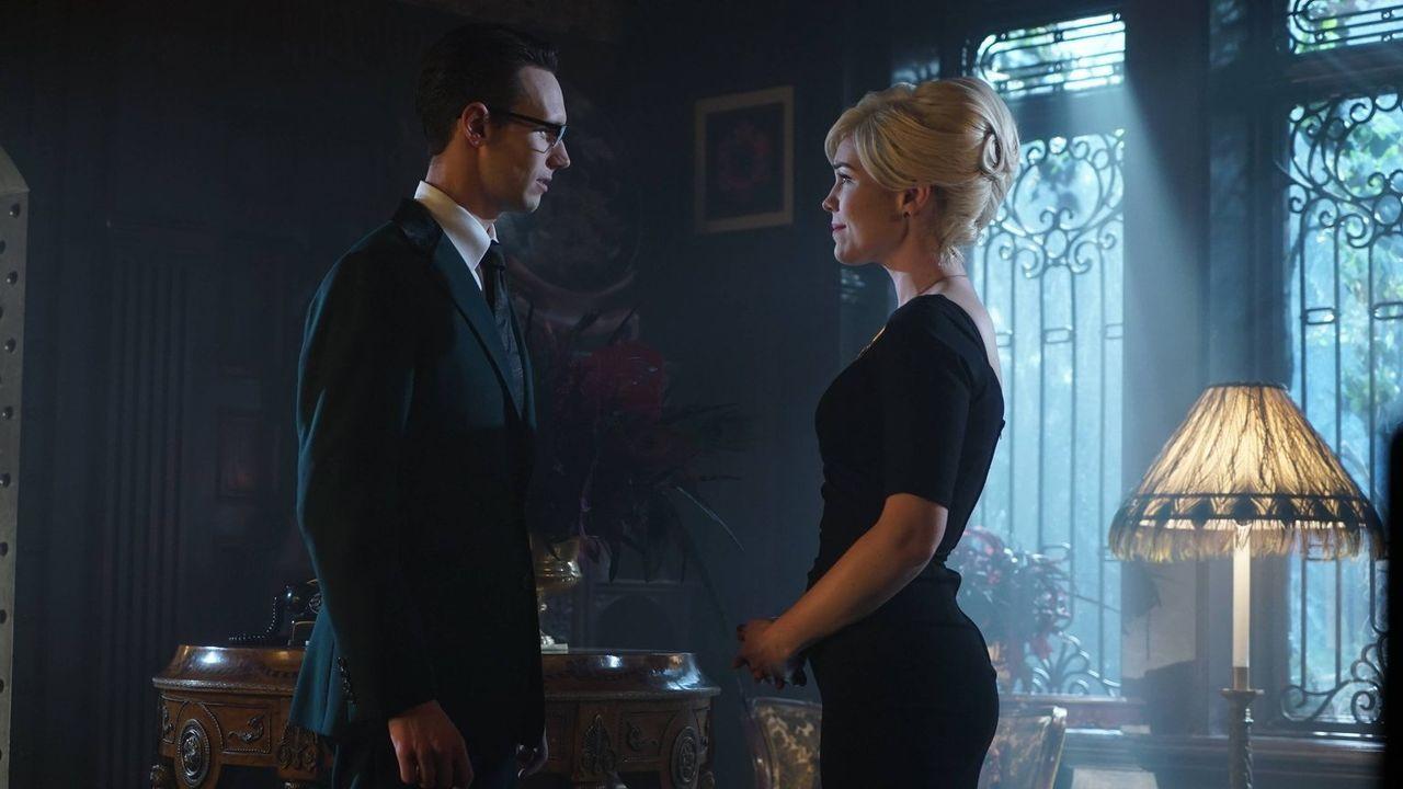 Während Penguin nicht besonders erfreut über Edward Nygmas (Cory Michael Smith, l.) neue Liebe Isabella (Chelsea Spack, r.) ist, bekommt Gordon von... - Bildquelle: Warner Brothers