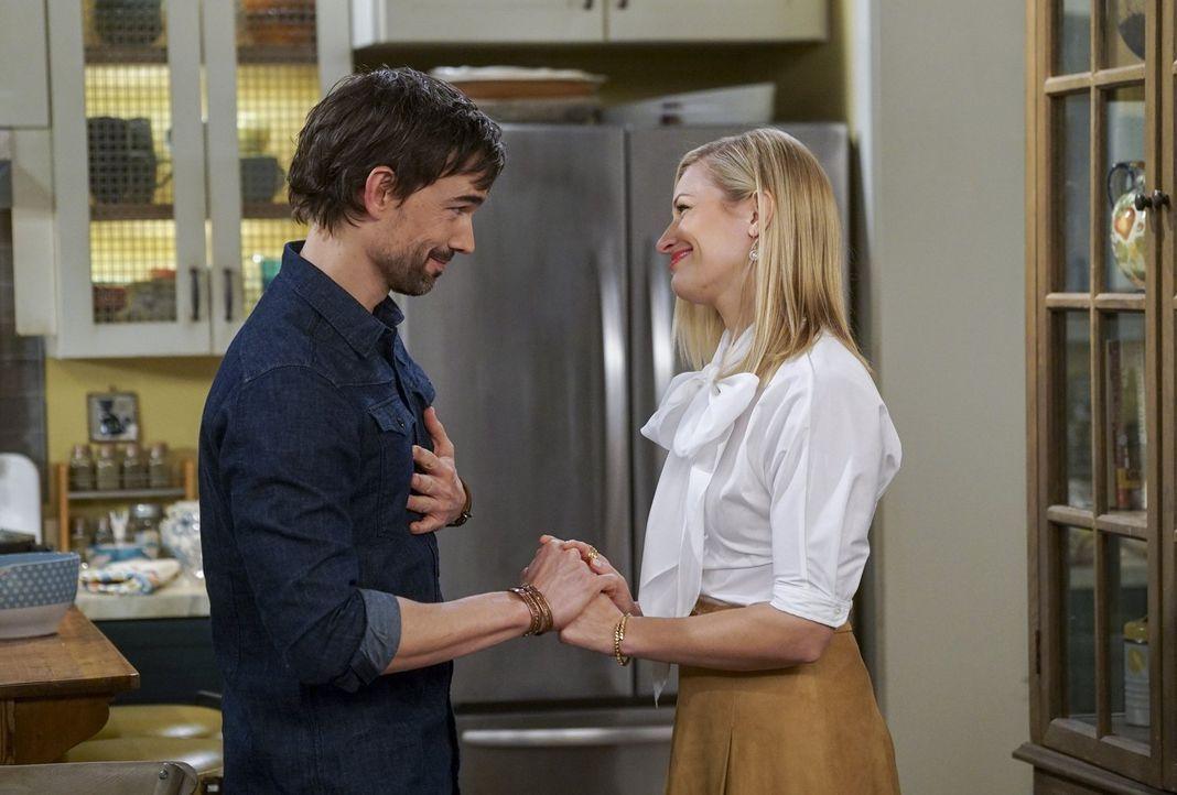 Als Bobby (Christopher Gorham, l.) Caroline (Beth Behrs, r.) zu einer Party einlädt, auf der sie seine Eltern und seine Schwester kennenlernen soll,... - Bildquelle: Warner Bros. Television