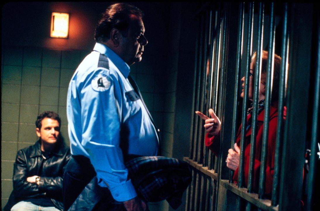 Versuchen das Jugendcenter, in dem Lydia arbeitet zu retten: Dolly (Ellen Burstyn, r.), Frank (Paul Sorvino, M.) und J.T. Gold (David Cubitt, l.) ... - Bildquelle: CBS Television